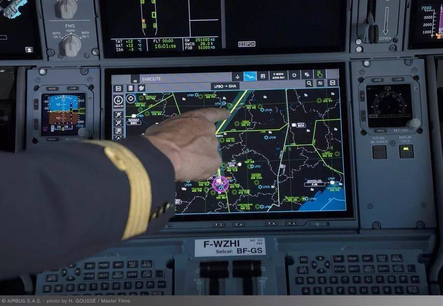 飞机驾驶舱也装触摸显示屏,不怕误触影响飞行安全吗?