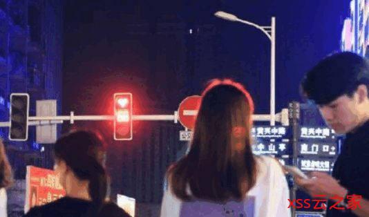 长沙路口红灯变成心形 网友:等着等着就变绿了